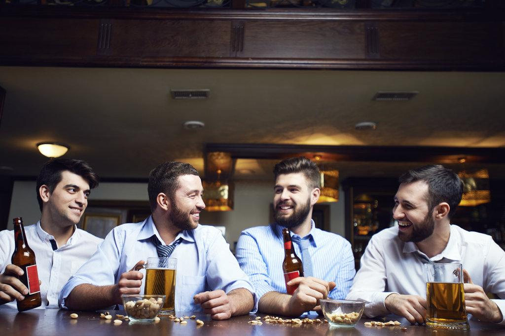 Despedida de Solteiro em um bar cheio de amigos bebendo