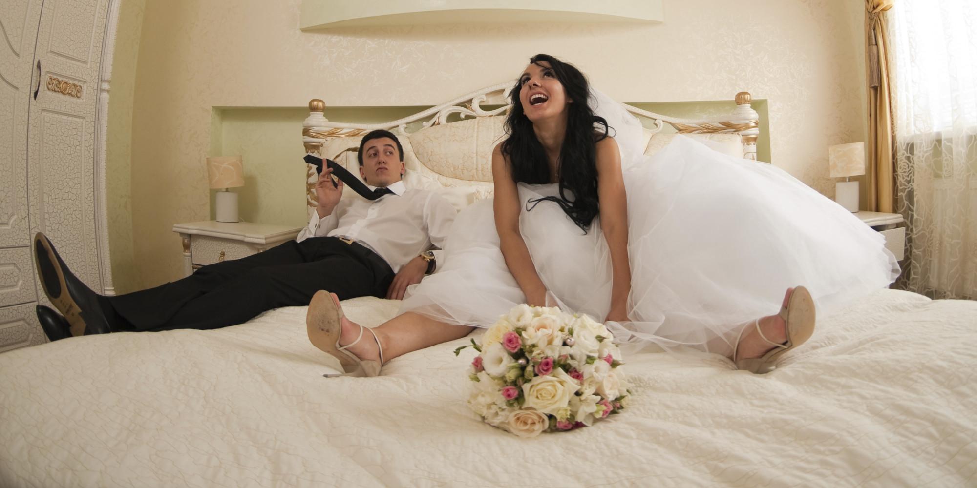 noivos na cama de hotel para a Noite de Núpcias