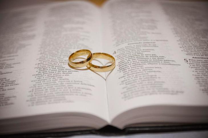 Alianças de casamento em cima da bíblia aberta, Versículos Bíblicos para Casamento