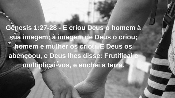 Foto de um casal de mãos dada com um versículo escrito